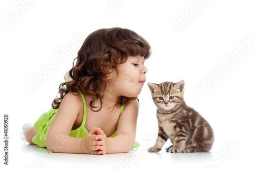 Fotografia, Obraz  funny child playing and kissing Scottish kitten