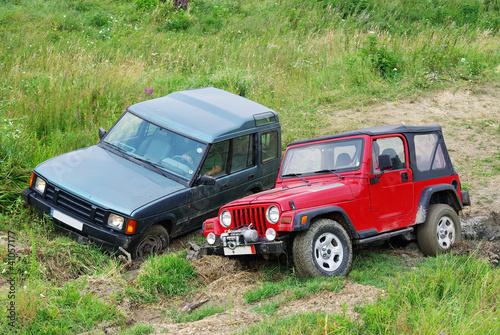 dwa-samochody-terenowe-w-konkurencji