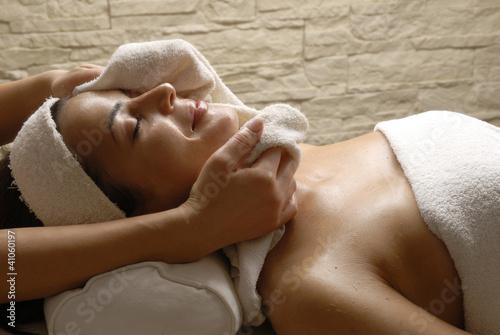 Fotografie, Obraz  Joven mujer recibiendo tratamiento facial en un spa.