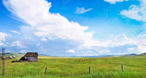Spoed Foto op Canvas Blauwe hemel Beautiful prairie landscape with old barn in Alberta, Canada.