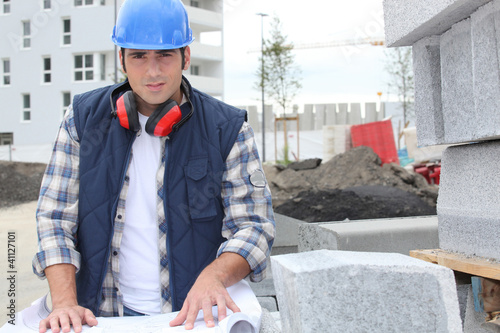 Valokuva  construction worker looking at his plans