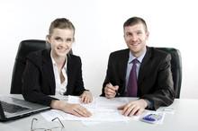 Uśmiechnięci Pracownicy W Czasie Pracy W Biurze