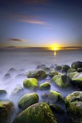FototapetaCrépuscule sur océan brumeux - La Réunion