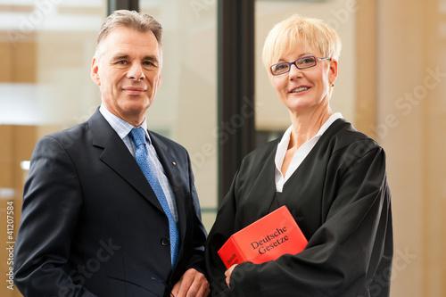 Fotografie, Obraz  Anwältin mit Gesetzbuch und Mandant