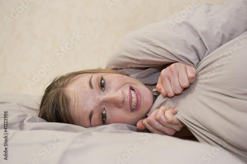 Valokuva  Femme ayant froid sous la couverture