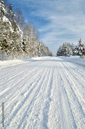 Fototapeta zima droga-na-wsi-w-pogodnym-zima-dniu