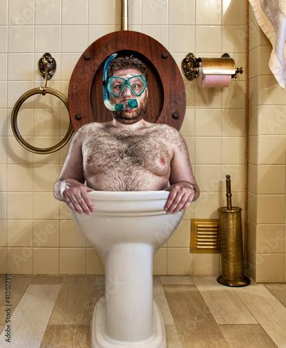 dziwny-czlowiek-w-vintage-wc