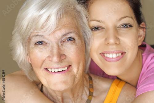 Fotografie, Obraz  Großmutter und Enkelin lächeln