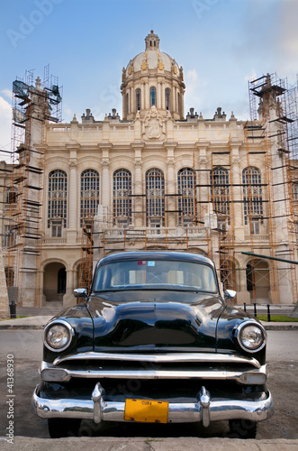 Poster Voitures de Cuba Old car parked in Havana street