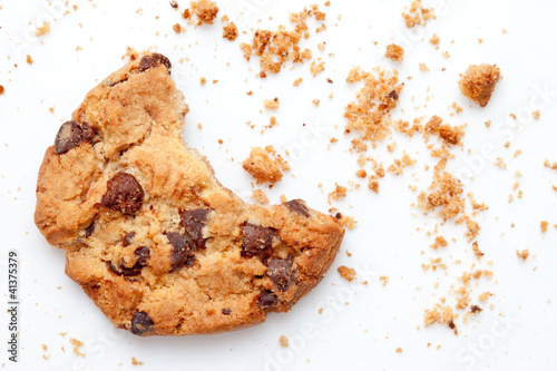 Photo  Close up of an half eaten cookie with crumb