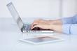 geschäftsfrau schreibt am laptop