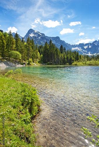 jezioro-w-gorach-alp