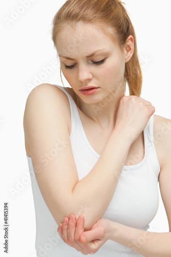Fotografía  Woman touching her elbow