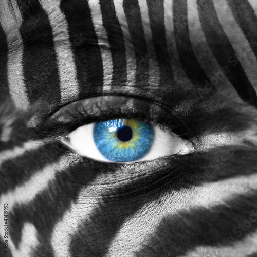 ludzka-twarz-z-wzorem-zebra-zapisz-koncepcje-zagrozonych-gatunkow