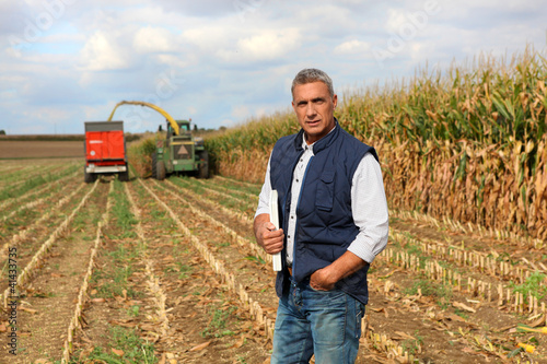 Fotografía  Farmer posing in his field