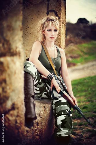 obraz-pieknej-mlodej-dziewczyny-w-mundurze