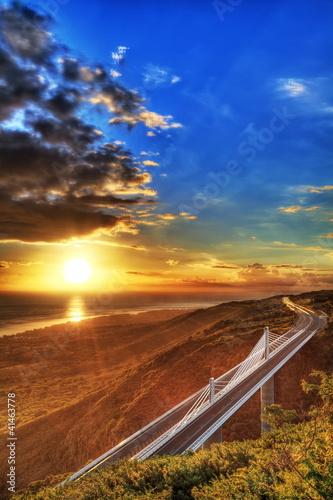 La pose en embrasure Bleu fonce Crépuscule sur la route des Tamarins, La Réunion.