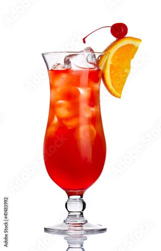 czerwony-alkoholu-koktajl-wewnatrz-z-pomaranczowym-plasterkiem-odizolowywajacym