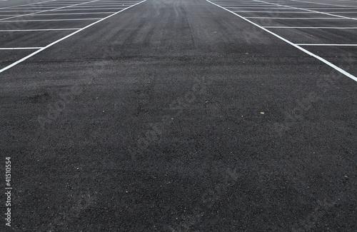 Fotografiet  Diagonaler Blick auf eine grosse neue leere Parkfläche