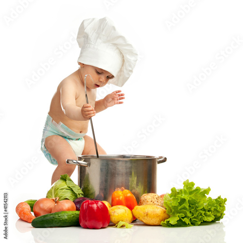 maly-chlopiec-w-kapelusz-szefa-kuchni-z-kadzi-zapiekanka-i-warzywa