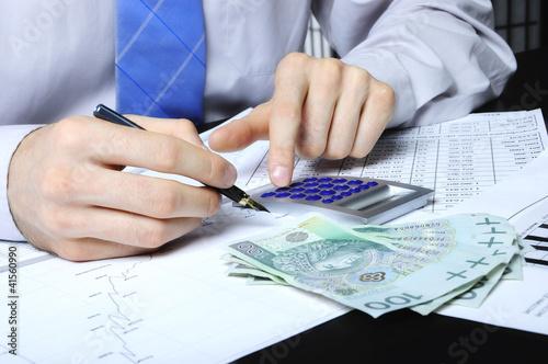 Obraz liczenie wydatków na kalkulatorze - fototapety do salonu