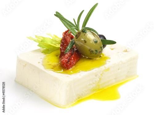 Schafskäse - Feta Käse mit Olive und Olivenöl Freigestellt