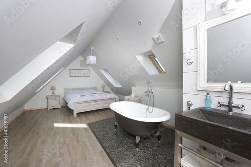 Badewanne im Schlafzimmer – kaufen Sie dieses Foto und ...