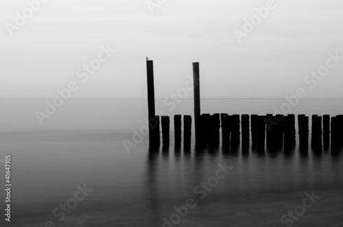 Obraz premium na plaży czarne i białe bloki