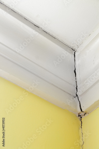 Valokuva  crack in a house wall and ceiling