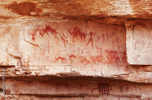 Poster Algérie Fragment of rock with ancient paintings