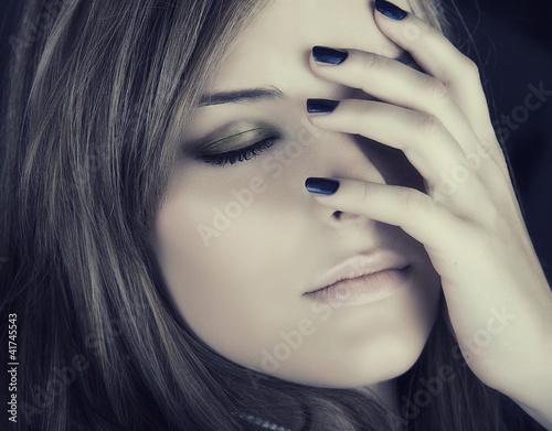 Obraz w ramie beautiful woman with blue nails