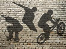 Ombres De Skate, Roller & BMX Sur Mur De Briques