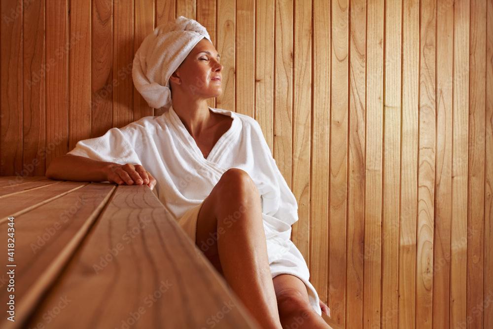 Fototapeta Ältere Frau entspannt in Sauna