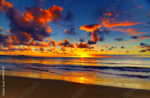 Obraz Piękny tropikalny zachód słońca na plaży - fototapety do salonu
