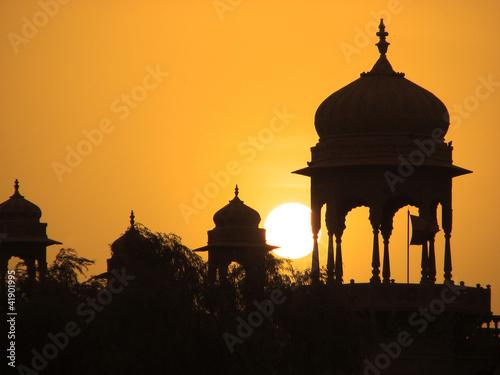 kopuly-o-zachodzie-slonca-w-miescie-jaisalmer-inde