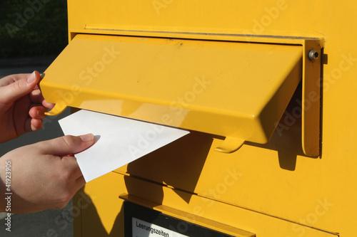 Fotografie, Obraz  Einwurf eines Briefes in einen Briefkasten
