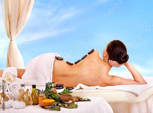 Plakaty o zdrowiu   kobieta-dostaje-terapie-lastone-spa-odkryty