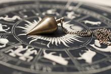 Pendel Auf Astrologischem Kreis