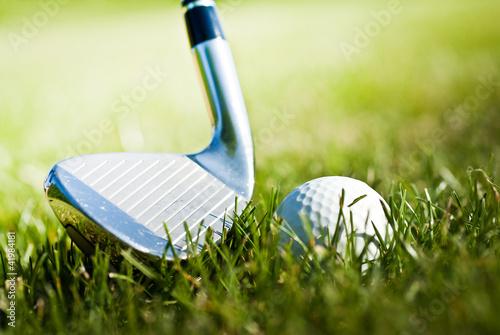 kij-golfowy-i-pilka-golfowa-w-zielonej-trawie
