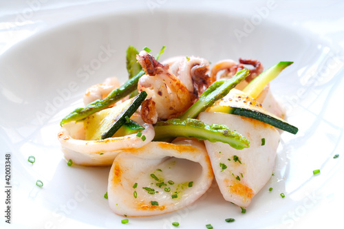Photo sur Toile Plat cuisine Close up of grilled calamari.