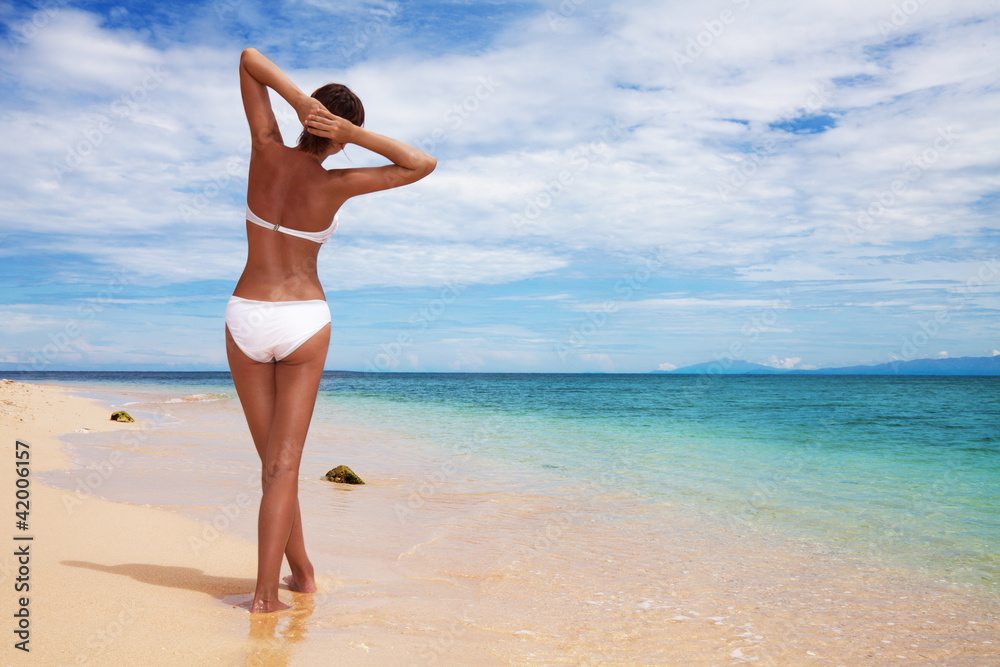 Fototapety, obrazy: Tanned woman on the beach