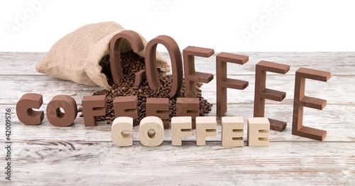 rozni-kawowi-listy-na-rocznika-drewnianym-tle-odizolowywajacym