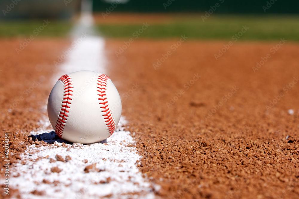 Baseball auf der Infield-Kreide-Linie Foto, Poster, Wandbilder bei ...