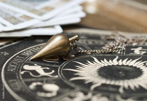 Plissee mit Motiv - Pendel mit astrologischer Karte und Tarotkarten