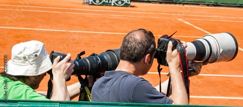 Photographes sur un terrain de tennis
