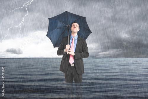 Fotografía  Businessman under the rain