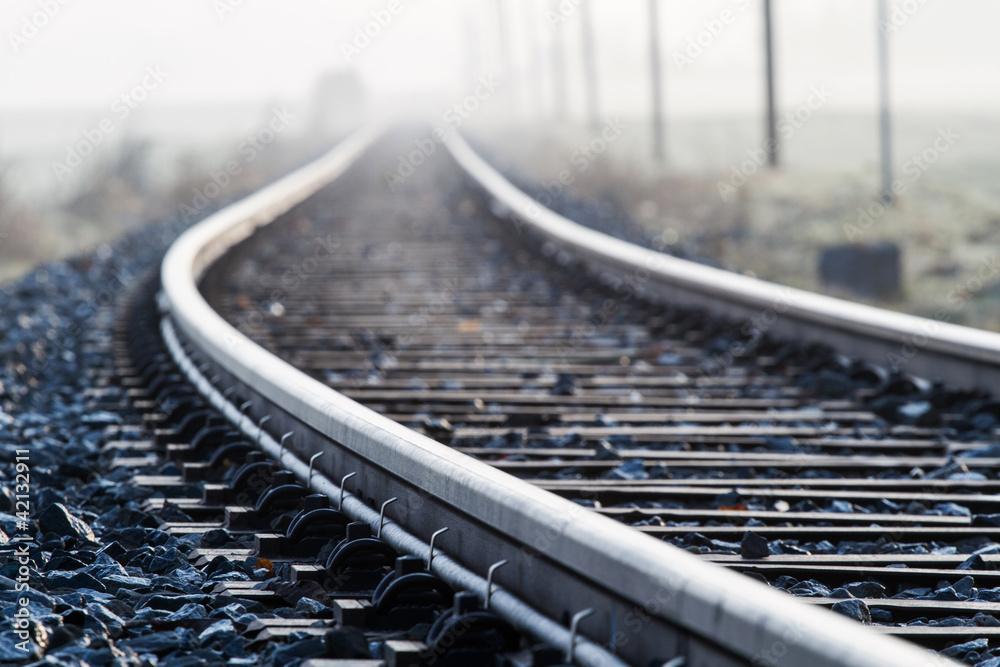 Fototapety, obrazy: Einspurige Bahnlinie im Morgennebel