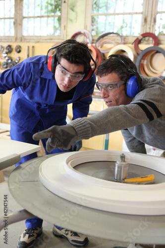 Plakaty BHP mezczyzni-pracujacy-w-fabryce
