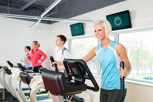 Plakaty o zdrowiu   mlodzi-ludzie-na-biezni-fitness-cwiczenia