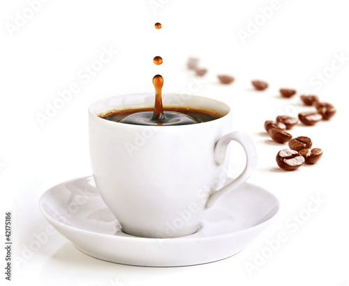Keuken foto achterwand koffiebar A cup of coffee with a splash of drops and coffee beans.
